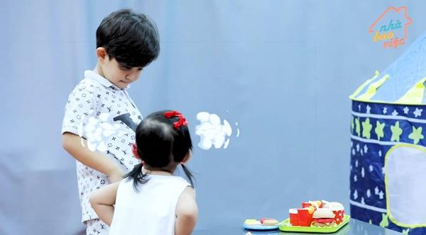 Siêu quậy Kubi nhà Khánh Thi - Phan Hiển bị em gái bắt nạt, cậu bé giận dỗi nói 1 câu khiến ai cũng phải phì cười-5