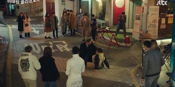 Itaewon Class: Da Mi bị hành hung giữa phố, Park Seo Joon hóa anh hùng hạ gục quý tử nhà Jangga-2