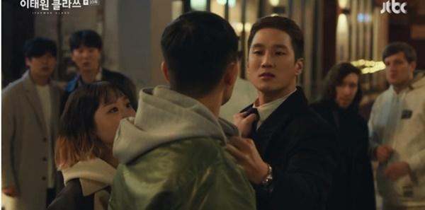 Itaewon Class: Da Mi bị hành hung giữa phố, Park Seo Joon hóa anh hùng hạ gục quý tử nhà Jangga-5