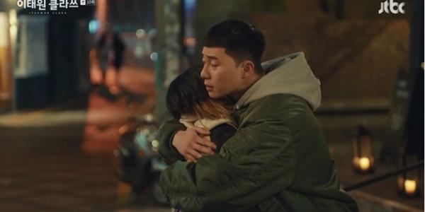 Itaewon Class: Da Mi bị hành hung giữa phố, Park Seo Joon hóa anh hùng hạ gục quý tử nhà Jangga-6