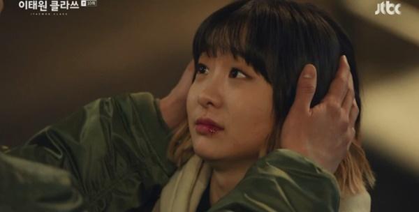 Itaewon Class: Da Mi bị hành hung giữa phố, Park Seo Joon hóa anh hùng hạ gục quý tử nhà Jangga-7