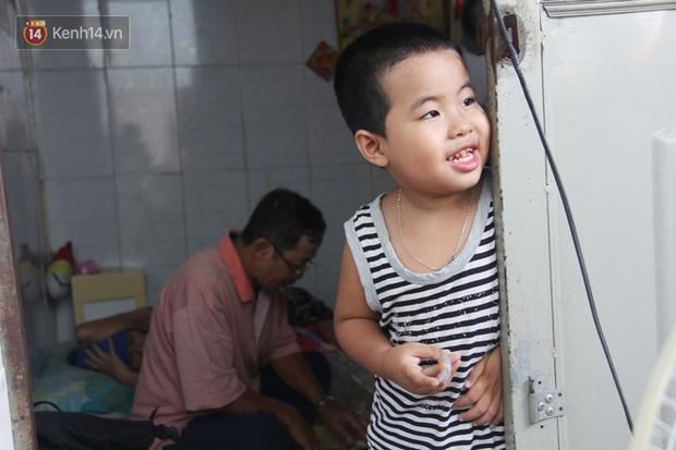 Bà mất, đứa trẻ 5 tuổi tự kỷ không cha mẹ sống cô độc trong căn nhà trọ cùng ông ngoại già yếu-1