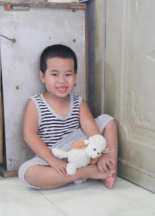 Bà mất, đứa trẻ 5 tuổi tự kỷ không cha mẹ sống cô độc trong căn nhà trọ cùng ông ngoại già yếu-2
