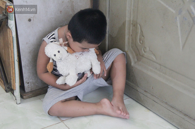 Bà mất, đứa trẻ 5 tuổi tự kỷ không cha mẹ sống cô độc trong căn nhà trọ cùng ông ngoại già yếu-7