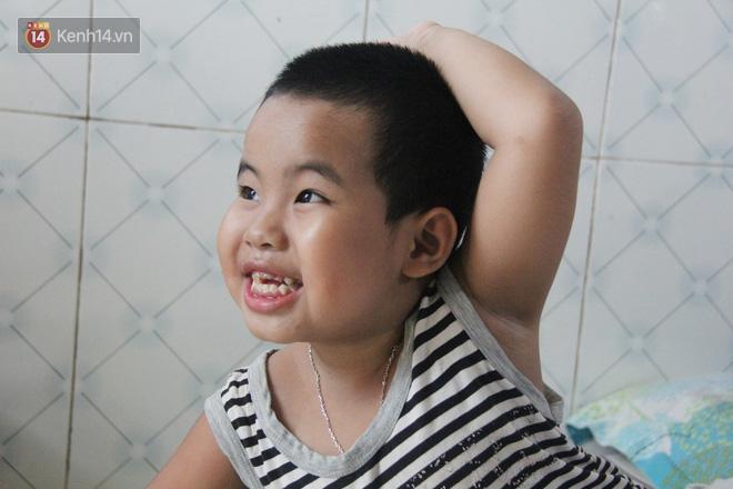 Bà mất, đứa trẻ 5 tuổi tự kỷ không cha mẹ sống cô độc trong căn nhà trọ cùng ông ngoại già yếu-8