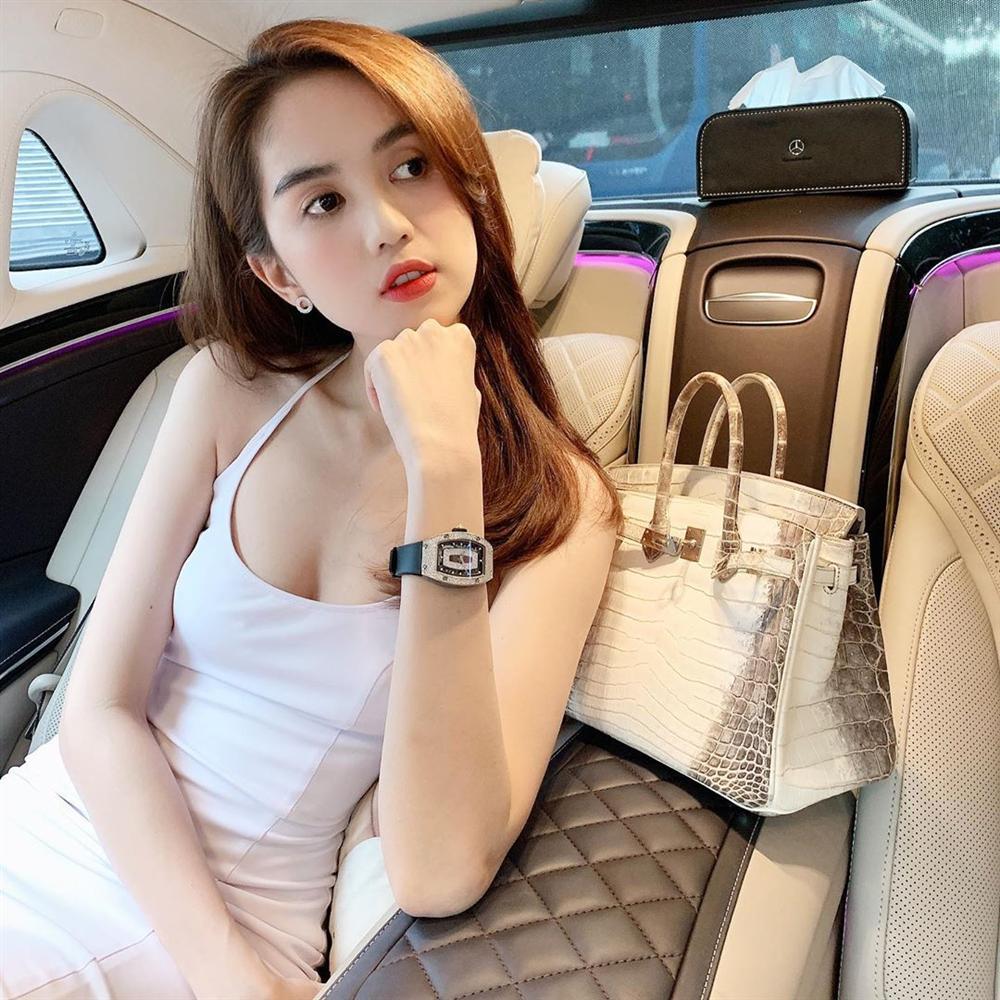 Street style ngập tràn sắc trắng: Ngọc Trinh diện đồng hồ 4 tỉ, nhưng choáng nhất vẫn là sắc vóc của mẹ bỉm sữa Diệp Lâm Anh-3