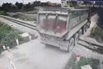 Ôtô bị tàu hỏa đâm vì cố vượt qua rào chắn-1
