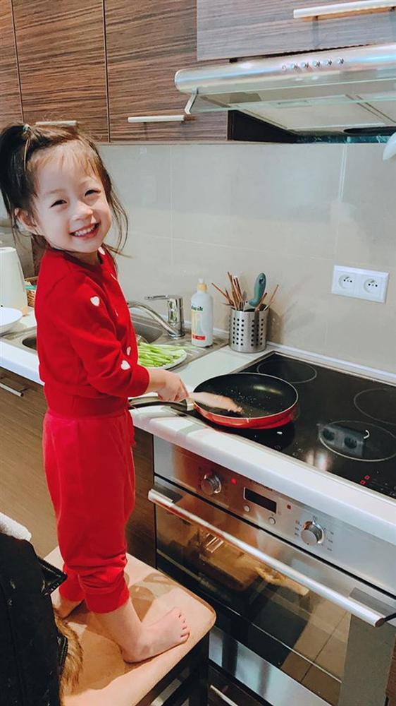 Cách dạy con đáng nể của Á hậu Diễm Trang: Con gái mới 3 tuổi đã thích làm việc nhà, còn nấu ăn cực khéo!-2