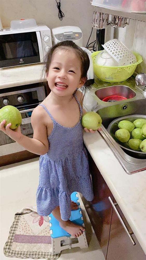 Cách dạy con đáng nể của Á hậu Diễm Trang: Con gái mới 3 tuổi đã thích làm việc nhà, còn nấu ăn cực khéo!-3