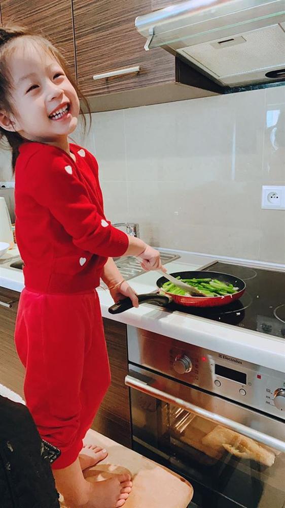 Cách dạy con đáng nể của Á hậu Diễm Trang: Con gái mới 3 tuổi đã thích làm việc nhà, còn nấu ăn cực khéo!-4
