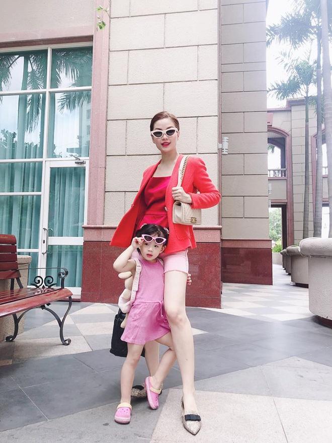 Cách dạy con đáng nể của Á hậu Diễm Trang: Con gái mới 3 tuổi đã thích làm việc nhà, còn nấu ăn cực khéo!-8