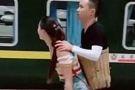 Khoảnh khắc mặn nồng của đôi khuyết tật Trung Quốc trước khi chia tay