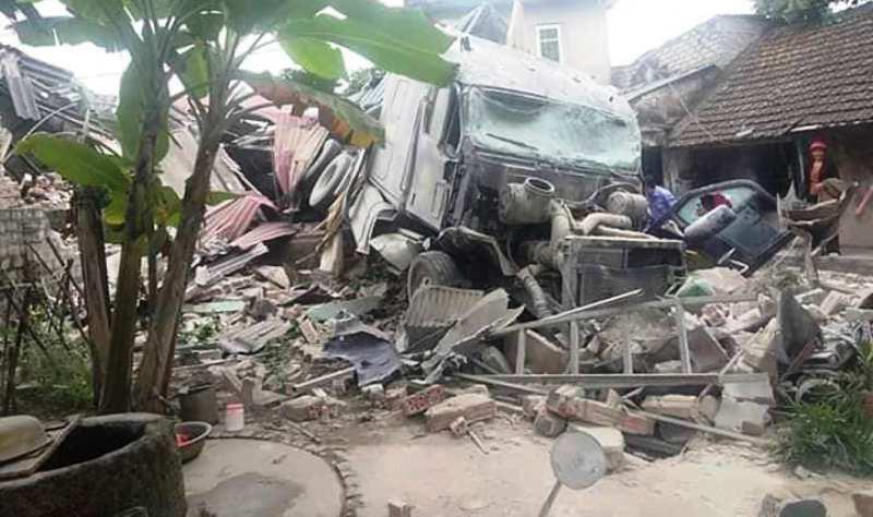 Xe tải đâm sập nhà dân lúc rạng sáng, cả gia đình ôm nhau bỏ chạy-1