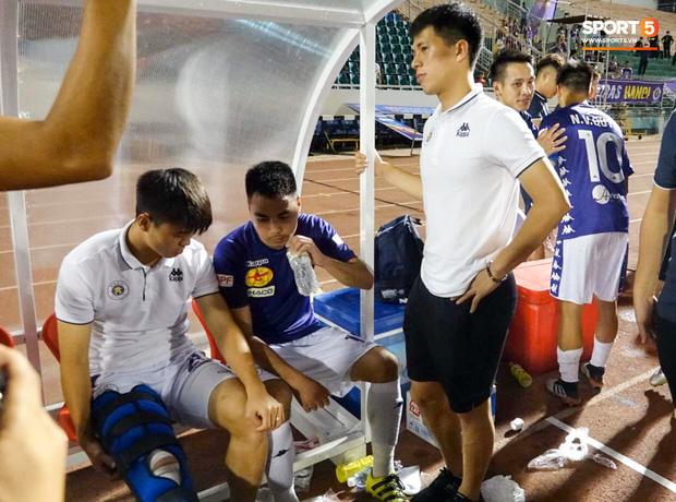 Duy Mạnh phải dùng xe lăn, nhảy lò cò lên xe buýt khi trở về Hà Nội, vẫn chưa thể đi chụp chiếu đầu gối-6