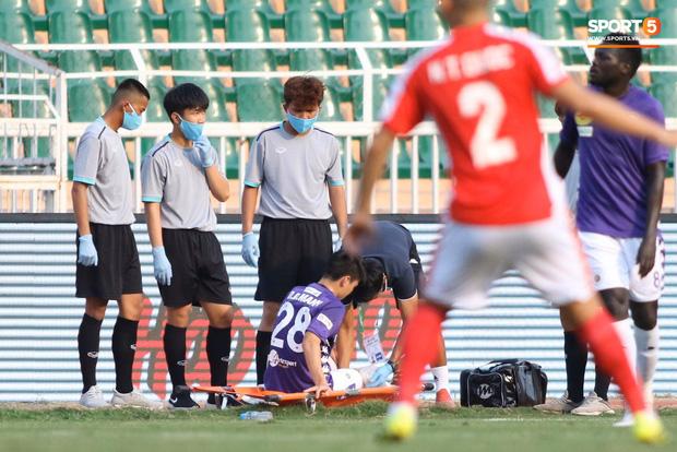 Duy Mạnh phải dùng xe lăn, nhảy lò cò lên xe buýt khi trở về Hà Nội, vẫn chưa thể đi chụp chiếu đầu gối-5