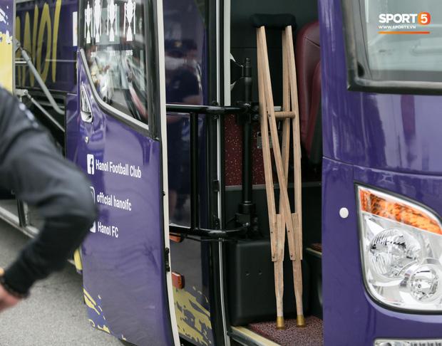 Duy Mạnh phải dùng xe lăn, nhảy lò cò lên xe buýt khi trở về Hà Nội, vẫn chưa thể đi chụp chiếu đầu gối-12