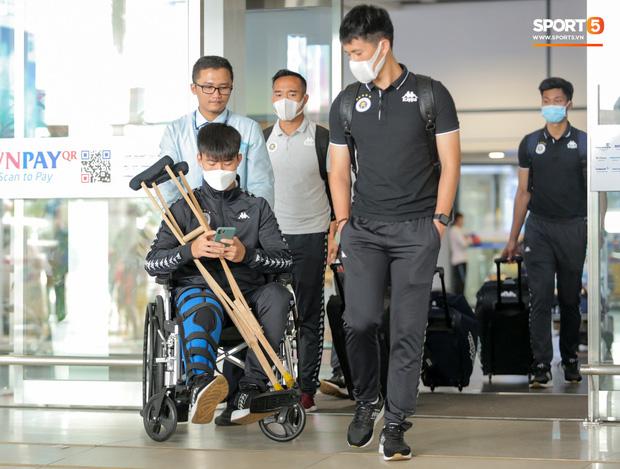 Duy Mạnh phải dùng xe lăn, nhảy lò cò lên xe buýt khi trở về Hà Nội, vẫn chưa thể đi chụp chiếu đầu gối-1