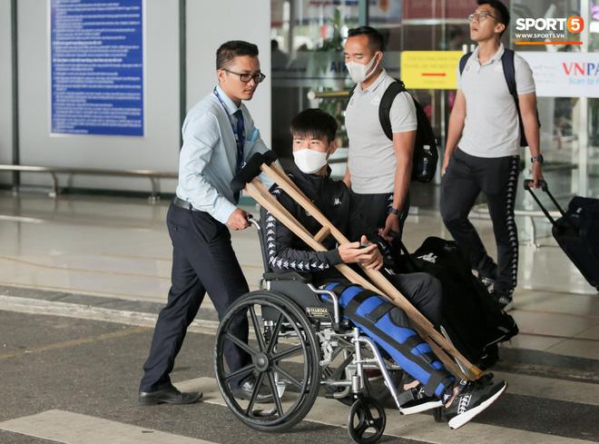 Duy Mạnh phải dùng xe lăn, nhảy lò cò lên xe buýt khi trở về Hà Nội, vẫn chưa thể đi chụp chiếu đầu gối-2