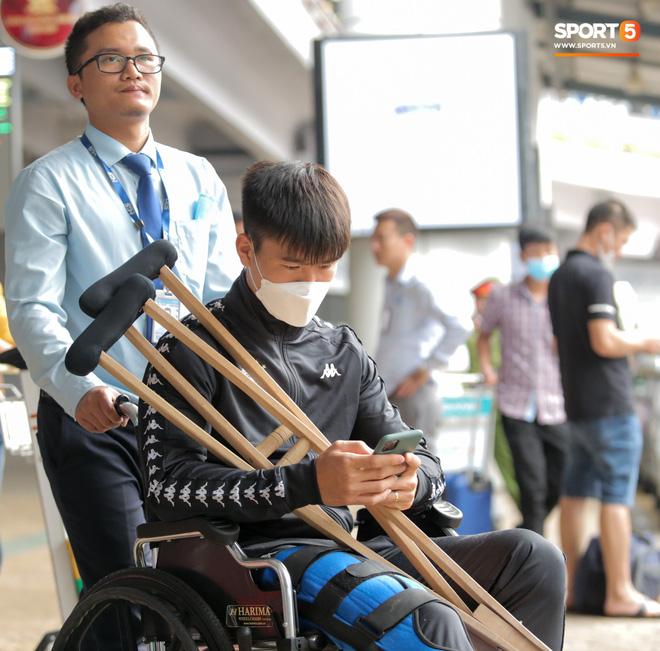 Duy Mạnh phải dùng xe lăn, nhảy lò cò lên xe buýt khi trở về Hà Nội, vẫn chưa thể đi chụp chiếu đầu gối-3