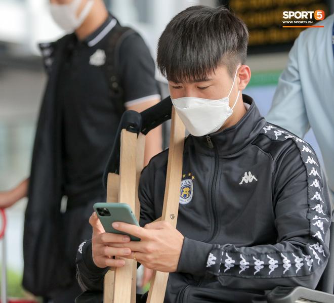 Duy Mạnh phải dùng xe lăn, nhảy lò cò lên xe buýt khi trở về Hà Nội, vẫn chưa thể đi chụp chiếu đầu gối-4