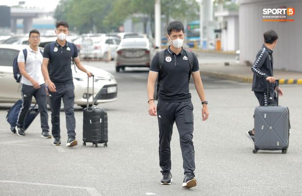 Duy Mạnh phải dùng xe lăn, nhảy lò cò lên xe buýt khi trở về Hà Nội, vẫn chưa thể đi chụp chiếu đầu gối-8
