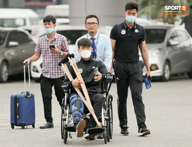 Duy Mạnh phải dùng xe lăn, nhảy lò cò lên xe buýt khi trở về Hà Nội, vẫn chưa thể đi chụp chiếu đầu gối-11