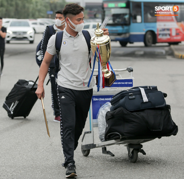 Duy Mạnh phải dùng xe lăn, nhảy lò cò lên xe buýt khi trở về Hà Nội, vẫn chưa thể đi chụp chiếu đầu gối-9