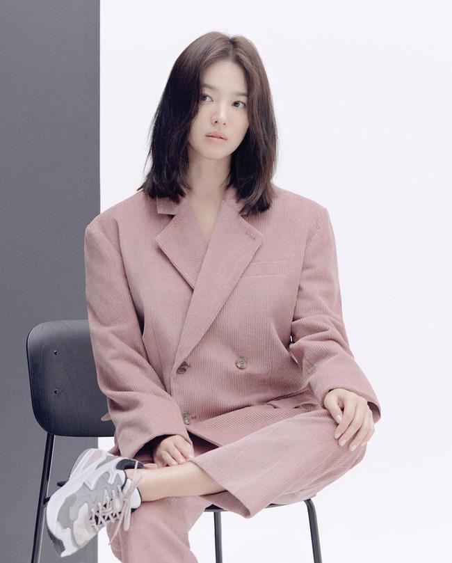 Nhìn lại mới thấy, đây là kiểu tóc giúp Song Hye Kyo cải lão hoàn đồng ngoạn mục nhất?-2