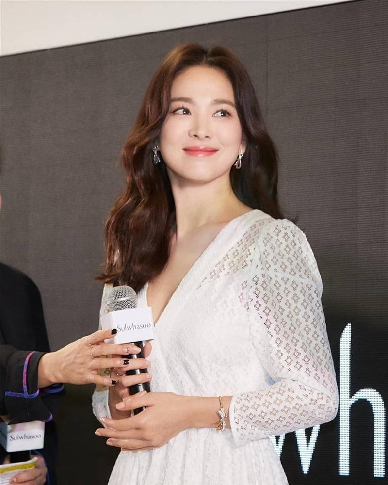 Nhìn lại mới thấy, đây là kiểu tóc giúp Song Hye Kyo cải lão hoàn đồng ngoạn mục nhất?-5