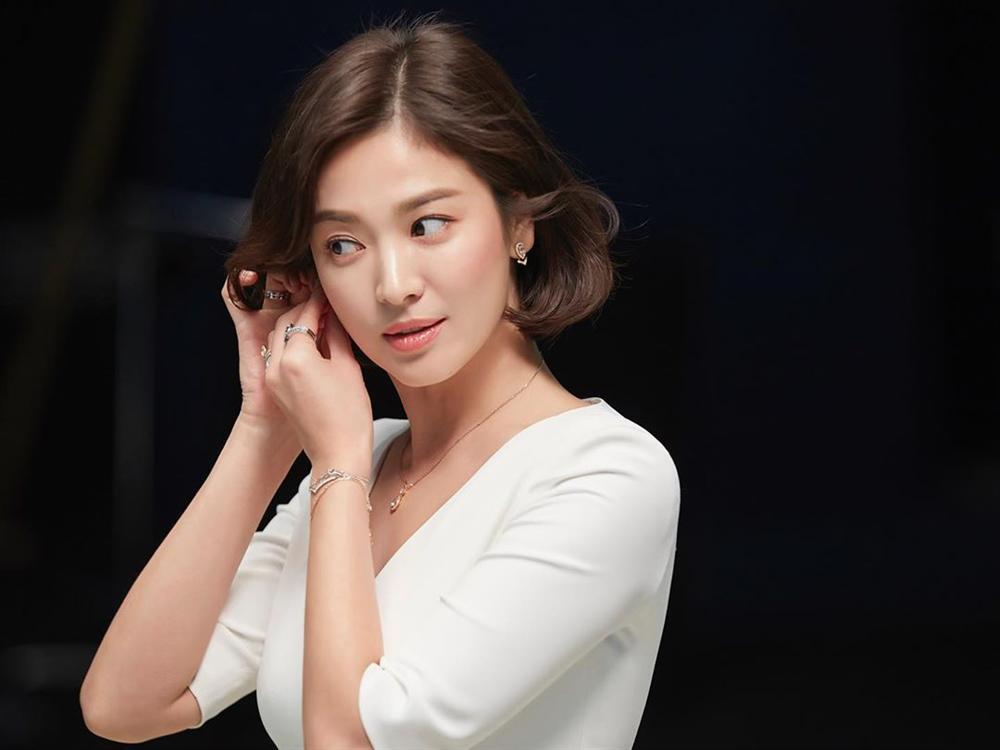 Nhìn lại mới thấy, đây là kiểu tóc giúp Song Hye Kyo cải lão hoàn đồng ngoạn mục nhất?-6