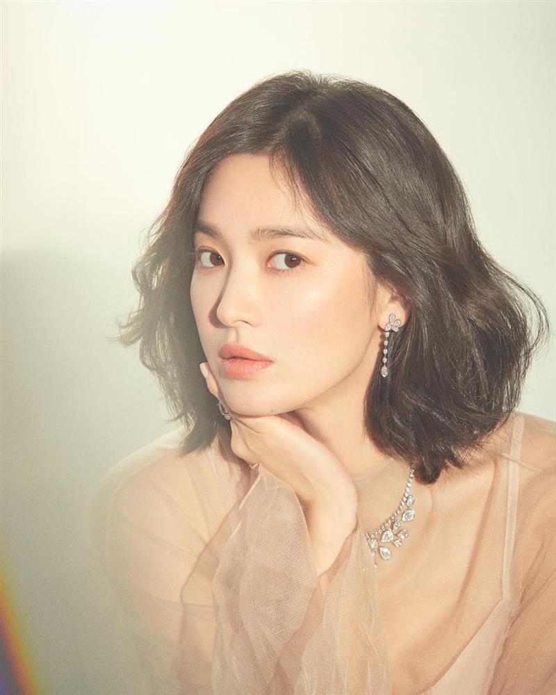 Nhìn lại mới thấy, đây là kiểu tóc giúp Song Hye Kyo cải lão hoàn đồng ngoạn mục nhất?-7