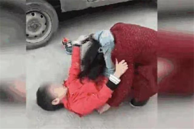 Bị cháu trai lao vào đánh vì không được mua món đồ như ý, bà còn nói một câu khiến người mẹ đau lòng vì cách dạy của bà-2