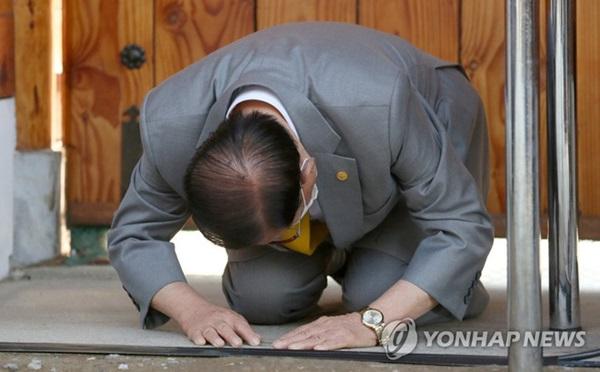 Giáo chủ Tân Thiên Địa Lee Man-hee quỳ gối xin lỗi người dân Hàn Quốc: Tôi không còn mặt mũi nào nữa-1