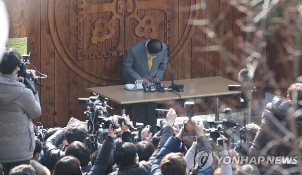 Giáo chủ Tân Thiên Địa Lee Man-hee quỳ gối xin lỗi người dân Hàn Quốc: Tôi không còn mặt mũi nào nữa-2