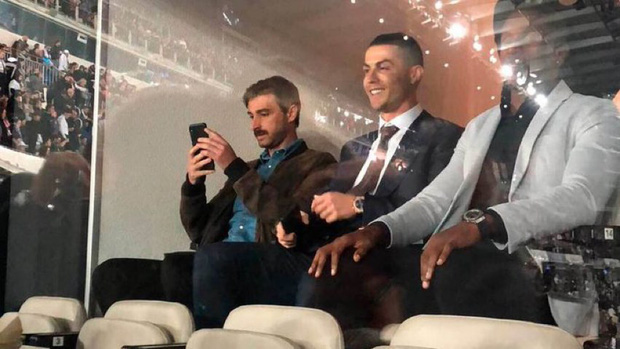 Dự khán trận đấu được chờ đợi nhất thế giới, Ronaldo chiếm trọn spotlight bằng nụ cười như được mùa cùng màn ăn mừng tại hàng ghế VIP-2