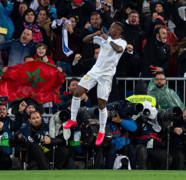 Dự khán trận đấu được chờ đợi nhất thế giới, Ronaldo chiếm trọn spotlight bằng nụ cười như được mùa cùng màn ăn mừng tại hàng ghế VIP-3