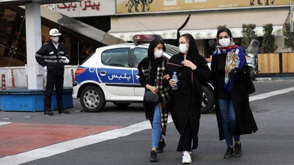 Video: Người dân Iran tập trung liếm đền thờ giữa lúc dịch bệnh virus corona bùng phát-4