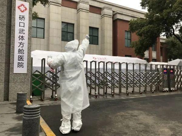 """Bệnh viện cabin đầu tiên ở Vũ Hán đóng cửa sau khi hoàn tất nhiệm vụ chữa trị, các bệnh viện dã chiến khác đều trong tình trạng giường đợi người""""-1"""