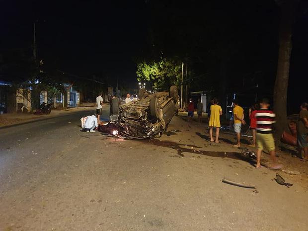 Tai nạn kinh hoàng: Xe chở gạo va chạm container trên quốc lộ, 3 người bị mắc kẹt trong cabin biến dạng-1