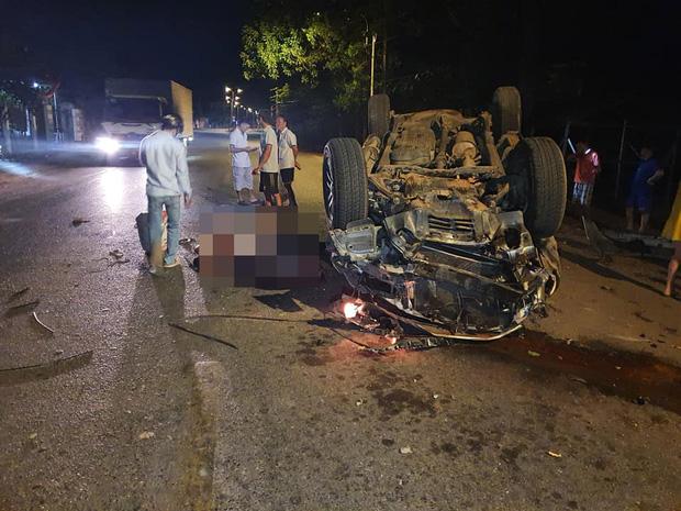 Tai nạn kinh hoàng: Xe chở gạo va chạm container trên quốc lộ, 3 người bị mắc kẹt trong cabin biến dạng-2