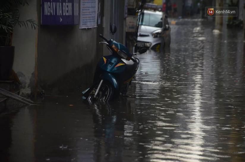 Hà Nội: Nhiều tuyến phố ngập nghiêm trọng, cây xanh bật gốc đổ ngang đường sau cơn mưa như trút nước-3