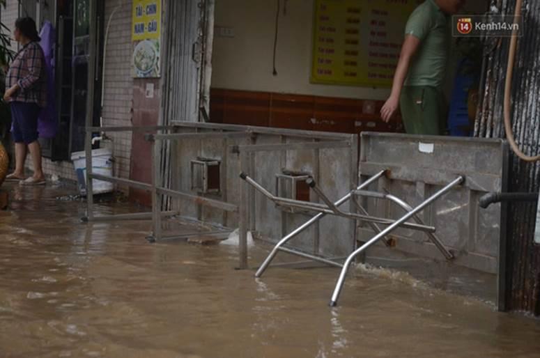 Hà Nội: Nhiều tuyến phố ngập nghiêm trọng, cây xanh bật gốc đổ ngang đường sau cơn mưa như trút nước-10
