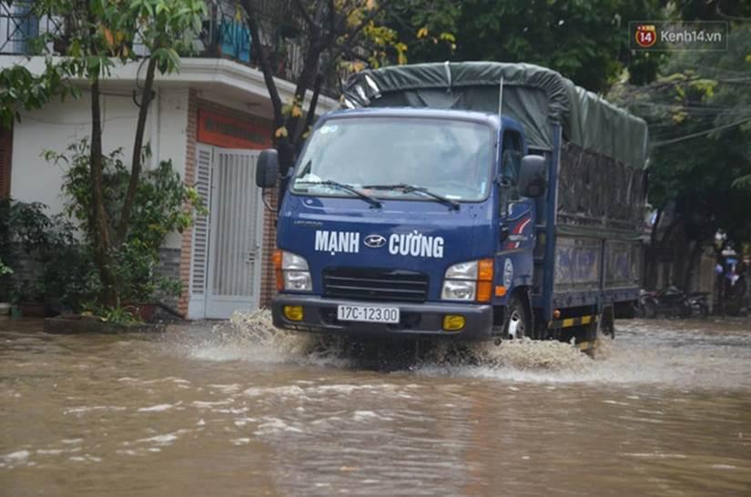 Hà Nội: Nhiều tuyến phố ngập nghiêm trọng, cây xanh bật gốc đổ ngang đường sau cơn mưa như trút nước-7