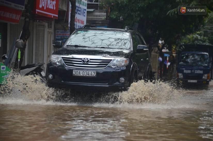 Hà Nội: Nhiều tuyến phố ngập nghiêm trọng, cây xanh bật gốc đổ ngang đường sau cơn mưa như trút nước-8