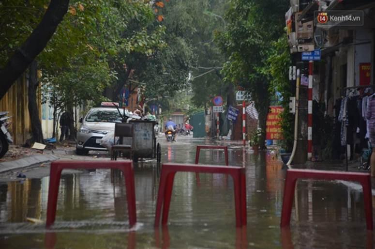 Hà Nội: Nhiều tuyến phố ngập nghiêm trọng, cây xanh bật gốc đổ ngang đường sau cơn mưa như trút nước-9