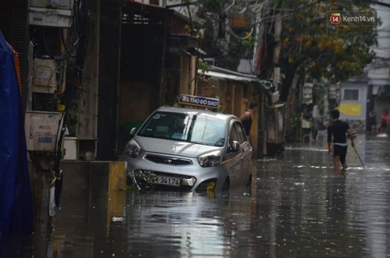Hà Nội: Nhiều tuyến phố ngập nghiêm trọng, cây xanh bật gốc đổ ngang đường sau cơn mưa như trút nước-12