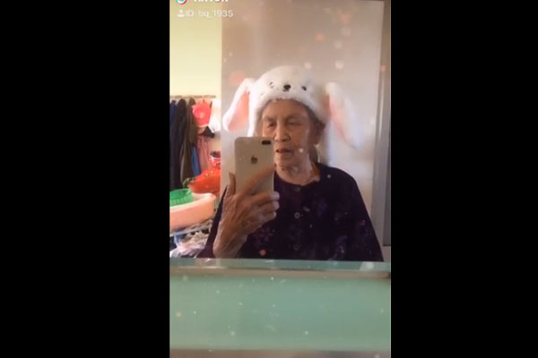 Cụ bà xì tin 86 tuổi vẫn chơi Tiktok, quay clip thả thính trứng rán cần mỡ bắp cần bơ chuyên nghiệp khiến giới trẻ phát cuồng-2