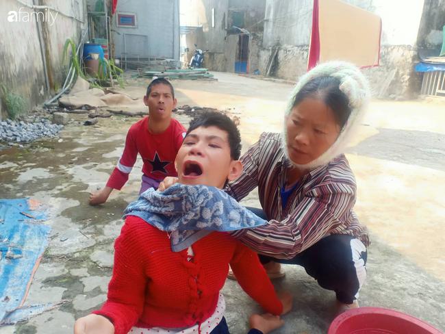 """Nước mắt người mẹ già nuôi hai con tật nguyền, đi bằng hai tay, trí não không bình thường: Tôi chỉ mong được sống để rau cháo qua ngày nuôi con""""-2"""