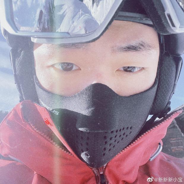 Con trai Triệu Vy khoe ảnh gia đình đi trượt tuyết, để lộ chi tiết làm dấy nghi vấn cha mẹ đã ly hôn-1
