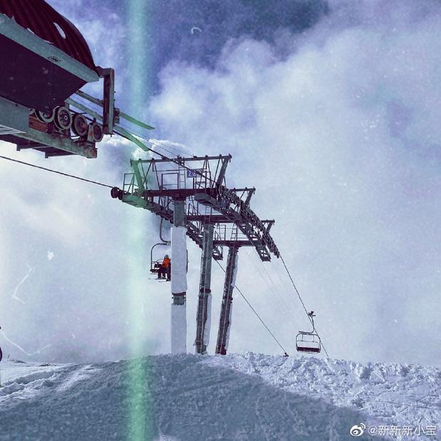 Con trai Triệu Vy khoe ảnh gia đình đi trượt tuyết, để lộ chi tiết làm dấy nghi vấn cha mẹ đã ly hôn-3